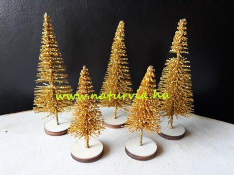 Mini fenyő / fenyőfa szett (5 db/szett), fa talpon ARANY (2db 4 cm-es, 3db 6 cm-es)