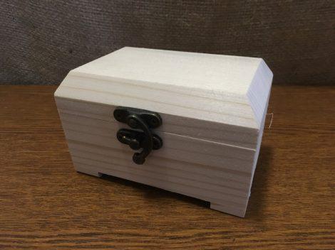 Fa láda / kincsesláda (doboz), fém csatos, TÉGLALAP alapú, lapos tetejű (13*8*8 cm), KICSI