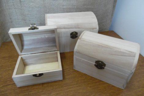 Fa láda (doboz), fém csatos, TÉGLALAP alapú, domború fedelű (16*11,5*11 cm), KÖZEPES