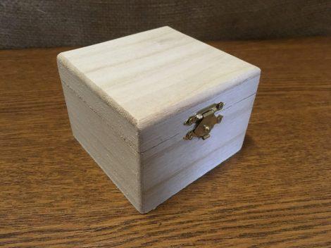 Fa doboz, fém csatos, NÉGYZET alapú (8,5*8,5*6 cm)