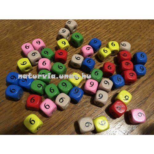 Fa gyöngy, kocka alakú (fa kocka számmal), SZÁMOS 10*10 mm, SZÍNES, 6-os (hatos) vagy 9-es (kilences)