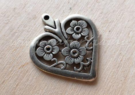 Fém medál, strasszolható - szív virágokkal, ezüst színű